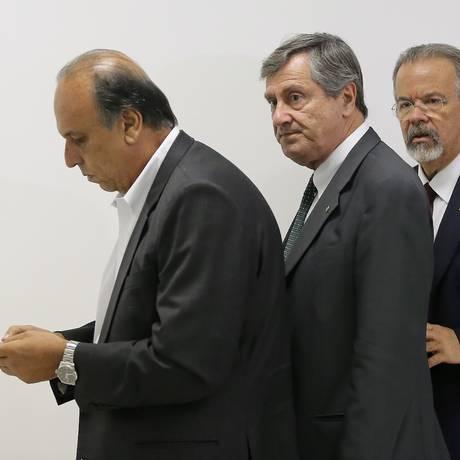 Pezão, Torquato e Jungmann em reunião no Palácio Guanabara Foto: Guilherme Pinto / Agência O Globo