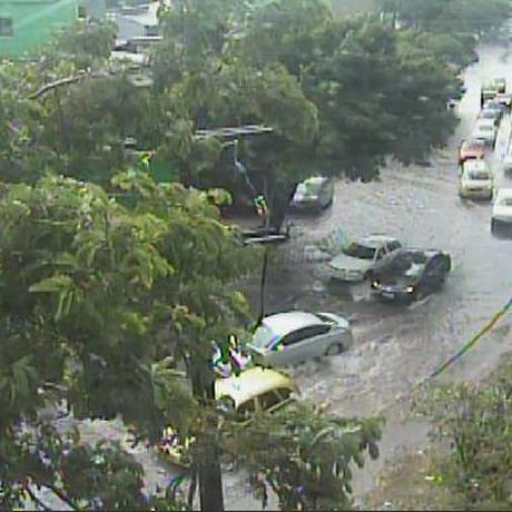 Bolsão d'água é registrado na Avenida Dom Hélder Câmara Foto: Centro de Operação Rio