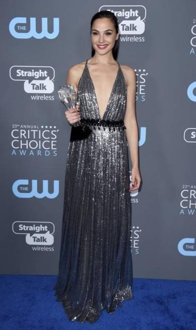 """O metalizado de Gal Gadot, um autêntico Prada, era digno de prêmio no Critics Choice Awards - mas ela ganhou mesmo o troféu """"See Her"""", dado para mulheres que se destacam na indústria Jordan Strauss / Jordan Strauss/Invision/AP"""