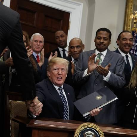 Turmp cumprimenta presentes em reunião na Casa Branca Foto: Evan Vucci / AP