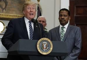 O presidente americano durante cerimônia na Casa Branca homenageando legado de Martin Luther King Jr. Na foto, é visto por Isaac Newton Farris Jr., sobrinho do pastor e ícone dos direitos civis Foto: Evan Vucci / AP