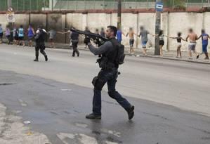 Policiais levam mais de 30 pessoas levadas para a Cidade da Polícia Foto: Guito Moreto / Agência O Globo