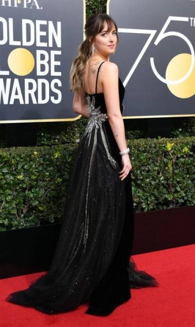 Dakota Johnson, também de Gucci, com um bordado atrás que fez pescoços virarem VALERIE MACON / AFP