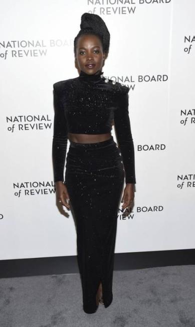 National Board of Review Awards Gala, na última terça, a estrela foi Lupita Nyong'o, que deixou o preto menos sóbrio com brilhos e barriga de fora elegante Evan Agostini / Evan Agostini/Invision/AP