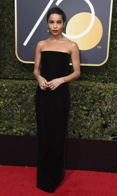 Zoe Kravitz vestiu um modelito simples, mas a combinação com brincos de esmeraldas a alçou ao posto de dez mais Jordan Strauss / Jordan Strauss/Invision/AP