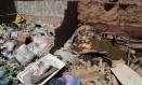 Acúmulo de lixo nas ruas da cidade incomoda moradores Foto: Agência O Globo / Thiago Freitas/6-4-2017