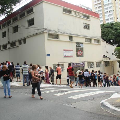 População enfrenta fila e espera pela vacinação contra a febre Amarela no Posto de Saúde da Vila Prudente em São Paulo Foto: Isaac Lourenço/Fotoarena / Agência O Globo