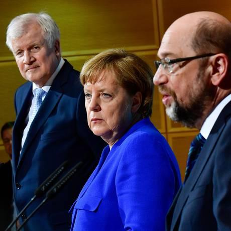 Negociações. Horst Seehofer, Angela Merkel e Martin Schulz anunciam retomada da grande coalizão Foto: TOBIAS SCHWARZ / AFP