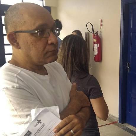Atila Roque aguarda na fila para tomar vacina antirrábica, no Catete Foto: Marcio Alves / Agência O Globo