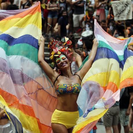 A 'pernalta' Raquel Poti coloriu o desfile do