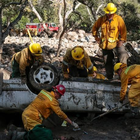 Mais de 1,2 mil agentes trabalham nas operações de resgate em Montecito, na Califórnia Foto: KYLE GRILLOT / REUTERS