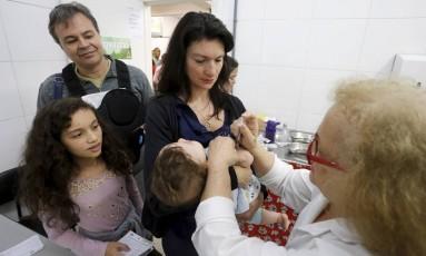 A enfermeira Luciana Machado com sua família Foto: Domingos Peixoto / Agência O Globo