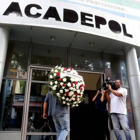 Coroas de flores chegam ao velório do delegado Fabio Monteiro na Acadepol Foto: Agência O Globo / Guilherme Pinto