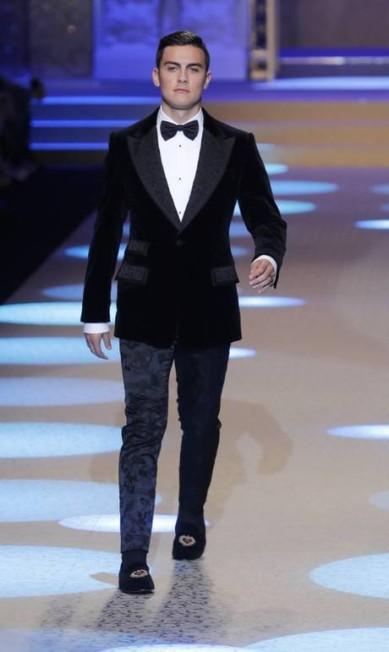 Os amantes de futebol estão de olho no jogador argentino Paulo Dybala. E quem gosta de moda precisa estar também! Ele foi uma das surpresas do desfile masculino da Dolce & Gabbana na semana de moda de Milão neste sábado Antonio Calanni / AP