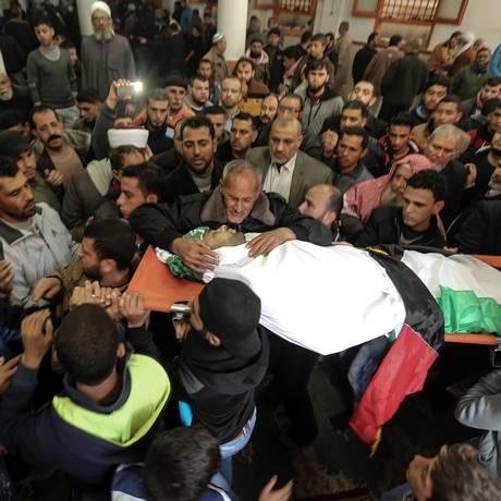Corpo de Abdallah Zeidan é velado por amigos e parentes na Faixa de Gaza Foto: MAHMUD HAMS / AFP