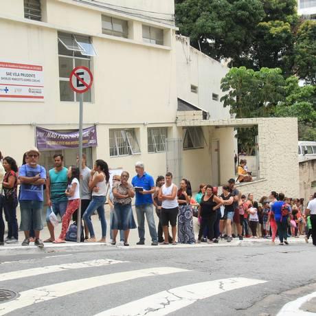 População enfrenta fila e espera pela vacinação contra a febre amarela na Vila Prudente, em São Paulo Foto: Isaac Lourenç / Agência O Globo