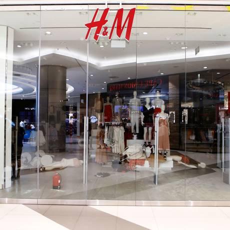 Imagem mostra loja da H&M no shopping Sandton City foi atacada por ativistas Foto: WIKUS DE WET / AFP