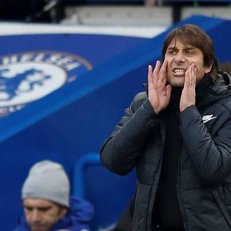 O técnico italiano Antonio Conte orienta o Chelsea, que vive momento delicado no Campeonato Inglês e vê o City abrir vantagem Foto: PETER NICHOLLS / REUTERS
