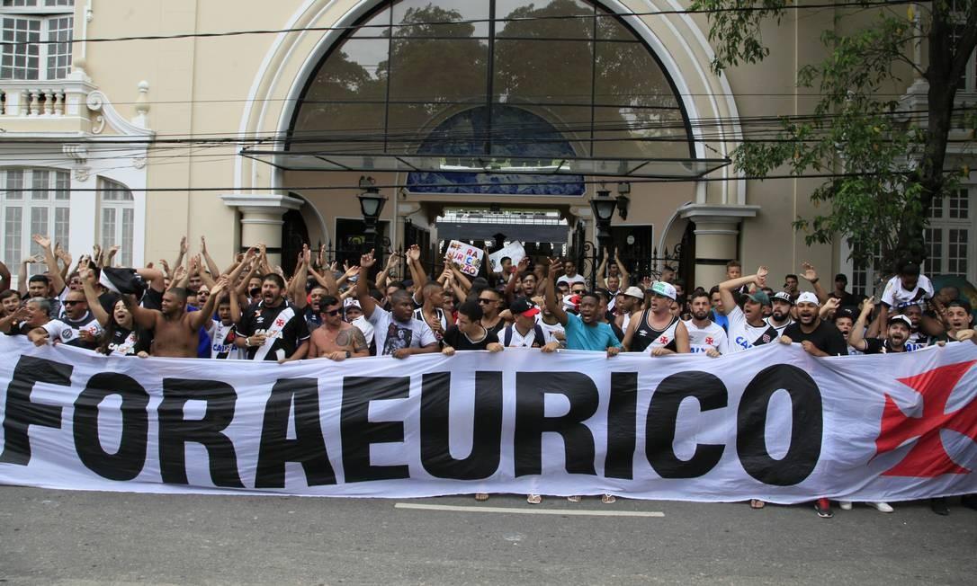 Torcida do Vasco protesta contra Eurico e grita: 'Fica, Paulinho'