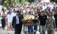 Cerca de 300 pessoas acompanharam o enterro do corpo do policial no Cemitério do Caju, na Zona Portuária do Rio