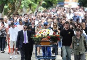 Cerca de 300 pessoas acompanharam o enterro do corpo do policial no Cemitério do Caju, na Zona Portuária do Rio Foto: Guilherme Pinto / Agência O Globo