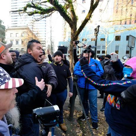 Embate na rua. Partidários e rivais de Trump se confrontam em Portland, Oregon: cena comum no primeiro ano de mandato do presidente que aprofundou a polarização nos EUA Foto: Alex Milan Tracy/AP
