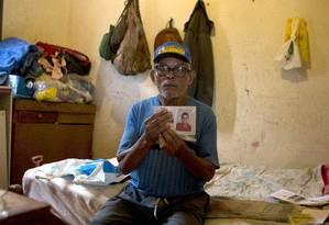 Sr. João Bezerra da Silva, pai do detento David de Oliveira Borges, que foi morreu carbonizado Foto: Jorge William / Agência O Globo