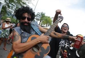 Folião brinca no Bloco Toca Raul homenageando o cantor Foto: Pedro Teixeira / Agência O Globo