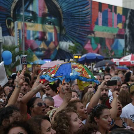Foliões levaram a alegria do carnaval ao Boulevard Olímpico Foto: Pedro Teixeira / Agência O Globo