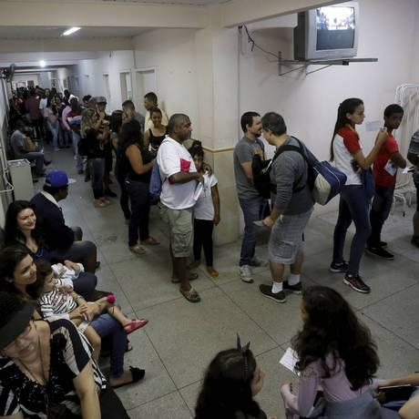 Moradores de Teresópolis aguardam na fila para receber dose da vacina contra febre amarela: tempo de espera no posto chegou a uma hora Foto: Domingos Peixoto