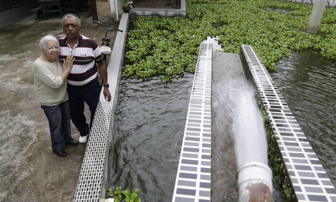 Maria Yolanda e Manoel Lima investiram em pesquisa, instalaram bomba e criaram empresa para explorar fonte de água mineral, afetada pelo bloqueio Foto: / Gustavo Miranda