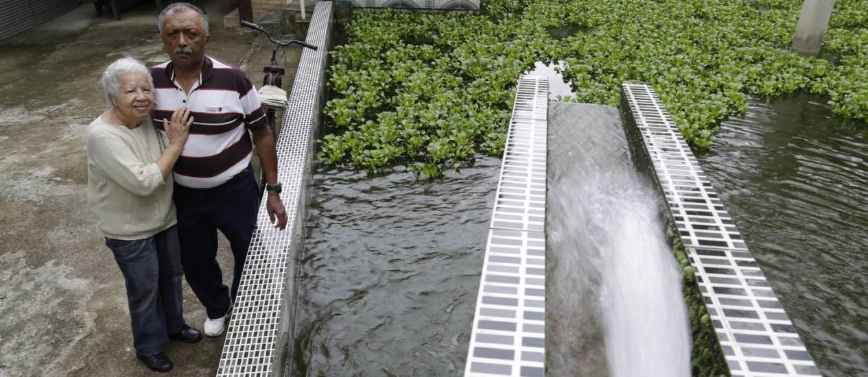 Maria Yolanda e Manoel Lima investiram em pesquisa, instalaram bomba e criaram empresa para explorar fonte de água mineral, afetada pelo bloqueio Foto: Gustavo Miranda