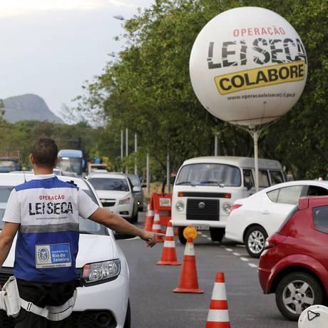 Lei seca realizada ao entardecer no Recreio dos Bandeirantes, na Zona Oeste do Rio Foto: Domingos Peixoto / Agência O Globo