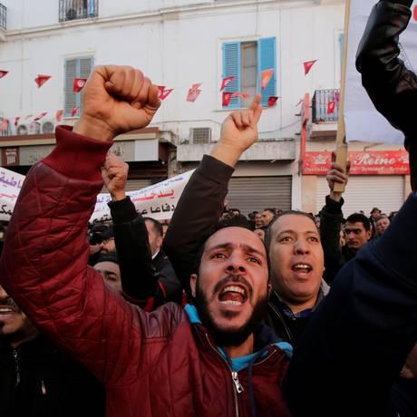 Manifestantes saíram às ruas da capital da Tunísia, Túnis, para pedir melhores condições de vida Foto: YOUSSEF-BOUDLAL / REUTERS