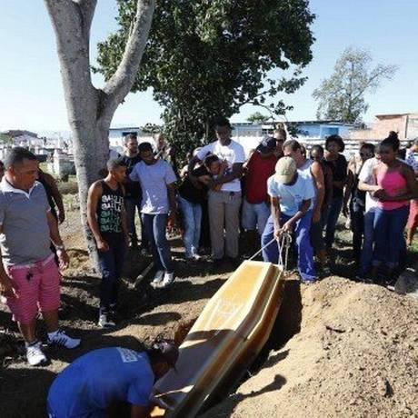 Enterro de Márcio Melanes Sabino, um dos mortos: todos foram atingidos pelas costas Foto: Pablo Jacob / Pablo Jacob