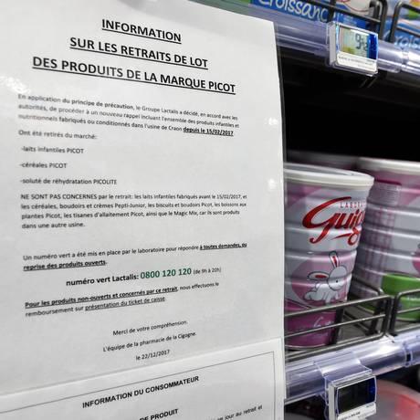 Comunicado, em francês, avisa sobre a retirada do mercado de determinados produtos da empresa Lactalis Foto: GUILLAUME SOUVANT / AFP