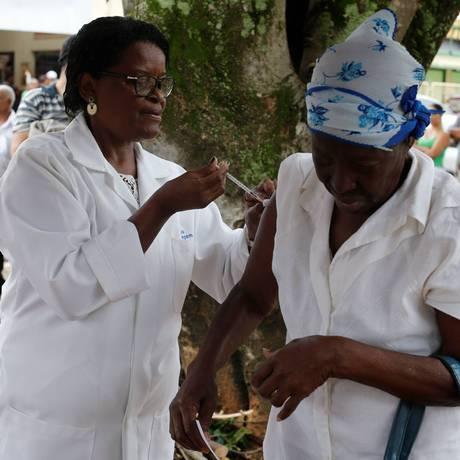 Vacinação contra a febre amarela em Valença Foto: Domingos Peixoto / Agência O Globo