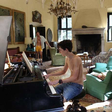 Oliver (Armie Hammer) e Elio (Timothée Chalamet) na casa em que começa o 'clima' Foto: Divulgação