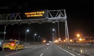 Radares entram em operacao na Ponte. Painéis luminosos já avisam os motoristas Foto: Luiz Ackermann / Agência O Globo