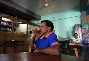 Dias após o ministro das Finanças do Sri Lanka, Mangala Samaraweera, ter permitido compra de álcool por mulheres, o presidente, Maithripala Sirisena, voltou a impor a restrição Foto: Eranga Jayawardena / AP