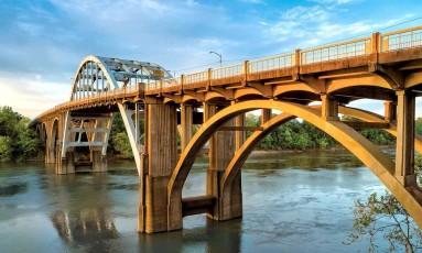 A ponte Edmund Pettus, na cidade de Selma, estado do Alabama, cenário do 'domingo sangrento', grande marco da luta por direitos civis nos EUA dos anos de 1960 Foto: civilrightstrail.com