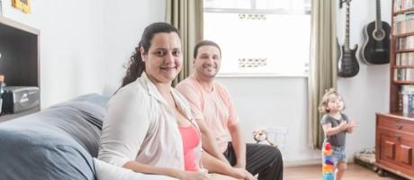 Moradores da Tijuca, Aglaia e Allan melhoraram a renda da família com o aluguel de quarto pelo Airbnb Foto: Marco Sobral