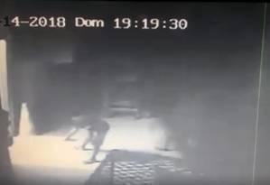 Câmera de segurança flagra ação de pichadores no barracão da Portela Foto: Reprodução