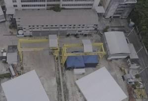 Estruturas de concreto tapam os acessos ao buraco em que era construída a estação do metrô da Gávea Foto: Agência O Globo