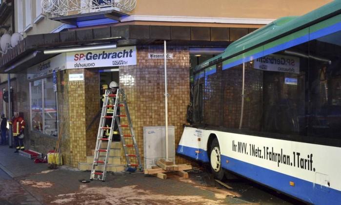 48 feridos em acidente com autocarro escolar na Alemanha — Vídeo