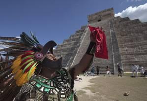 Homem vestido como guerreiro asteca em Chichén Itzá Foto: Victor Ruiz Garcia / REUTERS