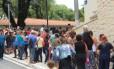 Fila de espera para vacinação contra a Febre Amarela em posto de São Paulo Foto: Fotoarena / Agência O Globo