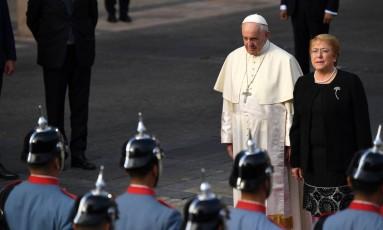 Papa Francisco é recebido no Chile pela presidente Michelle Bachelet Foto: MARTIN BERNETTI / AFP