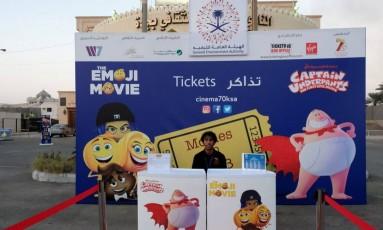 Um homem vende bilhetes para a primeira exibição pública de filmes, em 35 anos, na Arábia Saudita Foto: STRINGER / REUTERS
