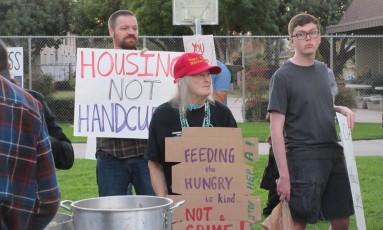 Ativistas criticam medida que proíbe distribuição de alimentos a moradores de rua Foto: REPRODUÇÃO/FACEBOOK